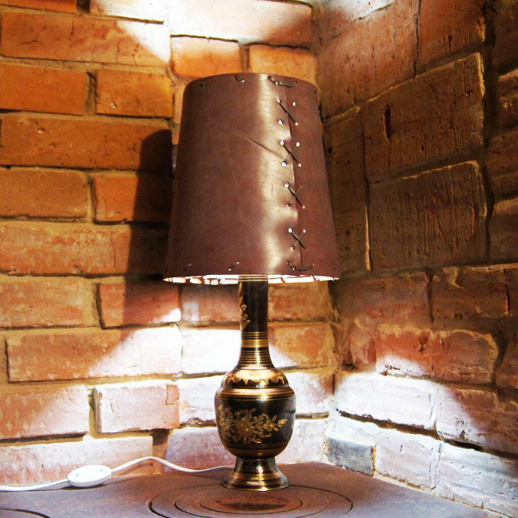 Лампа с кожаным абажуром