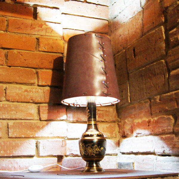 Лампа дизайнерская с кожаным абажуром
