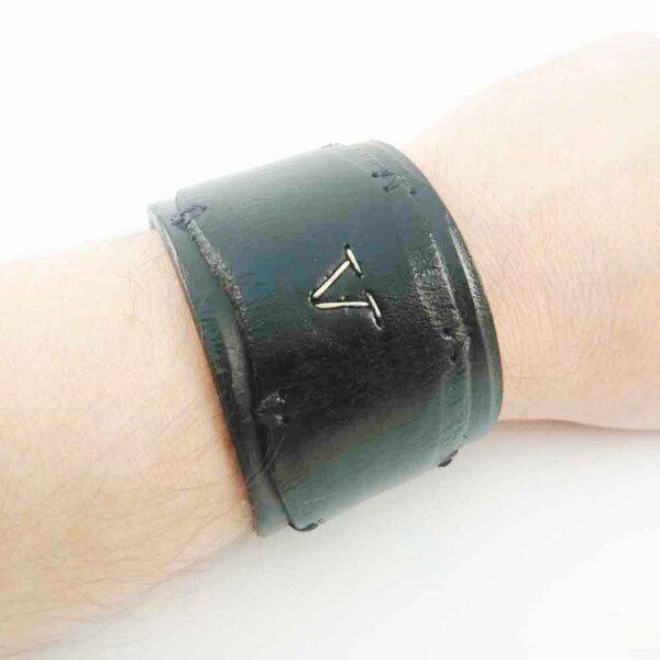 широкий черный браслет из кожи